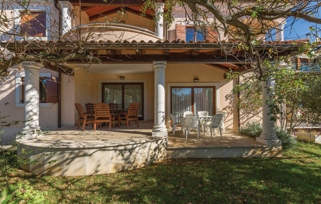 Houses near the sea for sale Istria, house with pool for sale, 3rd row from the sea, Pula, 1